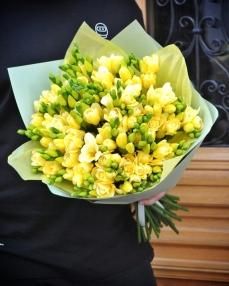 Bouquet 51 yellow freesias