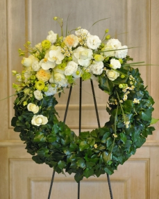Funeral crown with roses, lisianthus and matricaria