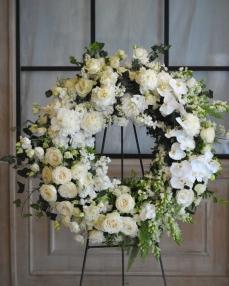 Coroana funerara cu trandafiri, phalaenopsis si matthiola