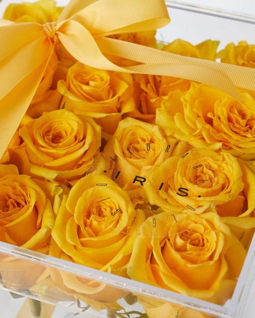 Cutie acrilica 15 trandafiri galbeni